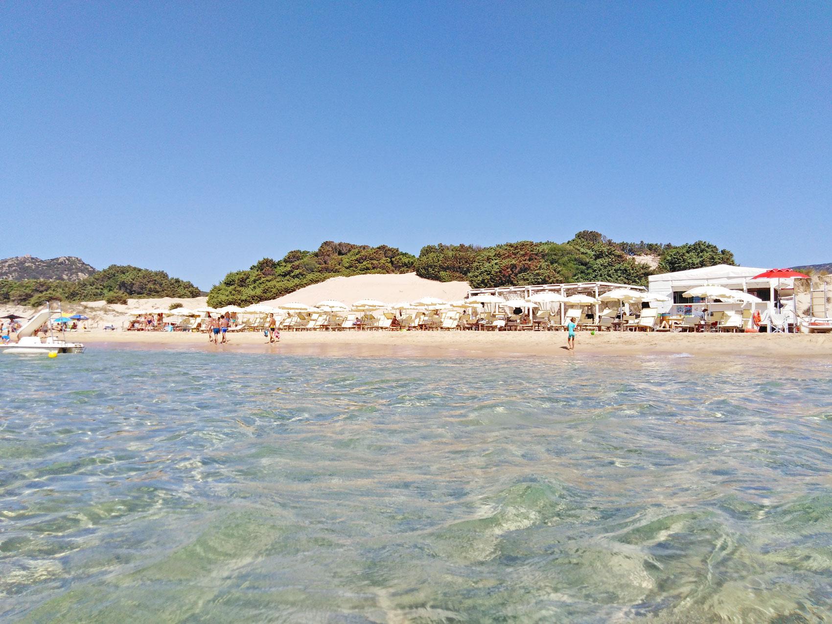 Araj Beach Club in spiaggia Su Giudeu con ombrelloni e lettini - Chia, Sardegna