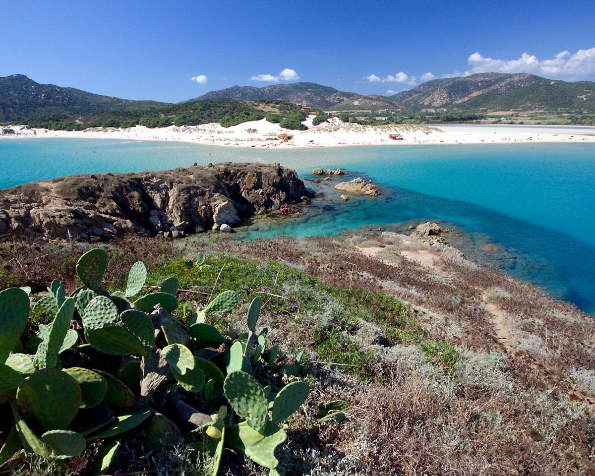 Araj Beach Club in spiaggia Su Giudeu Chia, Sardegna